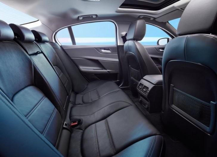 Jaguar XE 2016 12