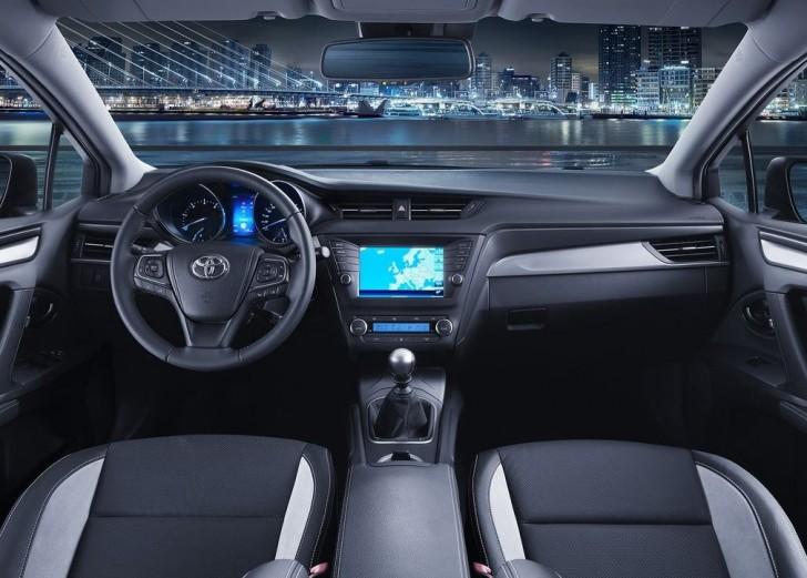 Toyota Avensis 2016 09