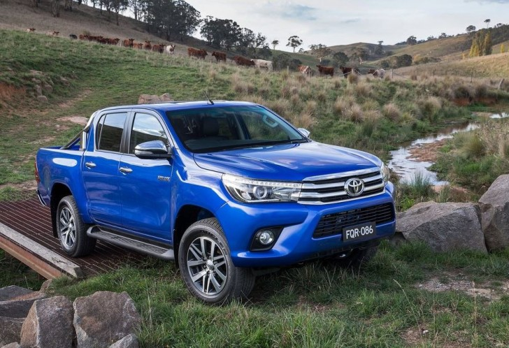 Toyota HiLux 2016 01