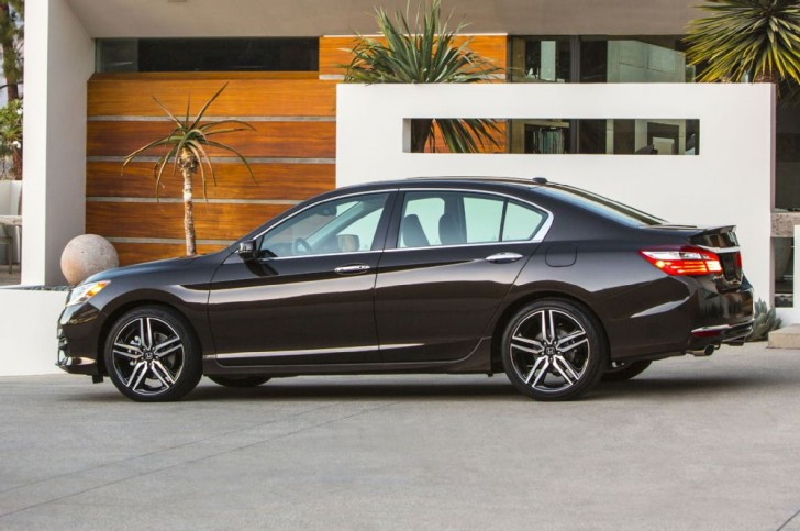 2016-honda-accord-touring-side-rear-view-closer