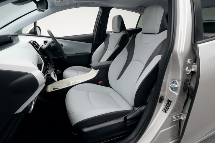 新型プリウスのフロントシート