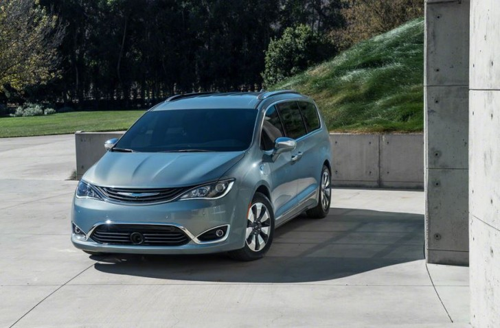 2017 Chrysler Pacifica hybrid 02