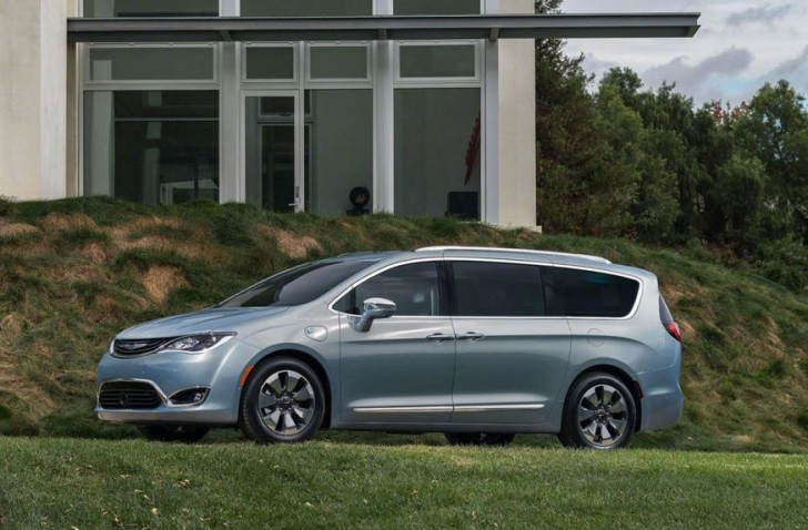 2017 Chrysler Pacifica hybrid 04