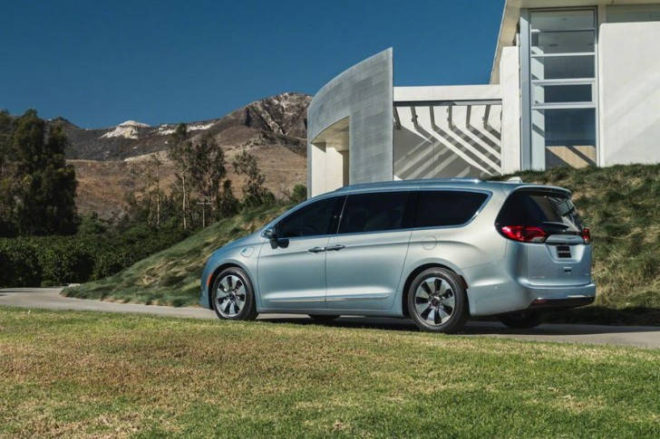 2017 Chrysler Pacifica hybrid 05